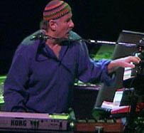 O pianista em apresentação de sua banda Zawinul Syndicate